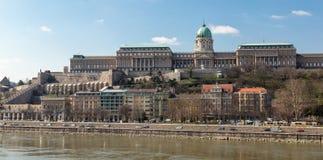 布达佩斯,匈牙利, 2018年3月22日:一个大和轰烈的宫殿位于俯视多瑙河的小山 库存照片