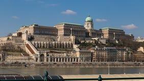 布达佩斯,匈牙利, 2018年3月22日:一个大和轰烈的宫殿位于俯视多瑙河的小山 免版税库存图片