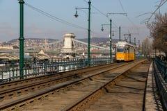布达佩斯,匈牙利, 2018年3月22日:黄色电车在与多云天空的早期的冬天 电车第2为是著名的 免版税库存图片