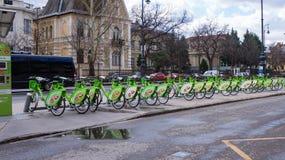 布达佩斯,匈牙利,2019年3月15日:BuBi女人租在Andrassy街的一个自行车驻地 免版税库存图片