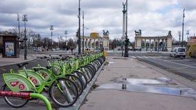 布达佩斯,匈牙利,2019年3月15日:BuBi女人租在Andrassy街的一个自行车驻地 免版税图库摄影