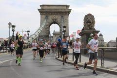 布达佩斯,匈牙利, 2016年4月17日 在铁锁式桥梁的马拉松 图库摄影