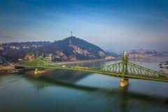 布达佩斯,匈牙利-去在自由桥梁的传统黄色匈牙利电车 免版税库存照片