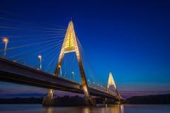 布达佩斯,匈牙利-在河多瑙河的有启发性Megyeri桥梁在蓝色小时 库存照片