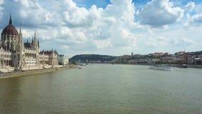 布达佩斯,匈牙利-在河多瑙河的观光的小船有匈牙利的议会的 股票录像