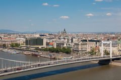 布达佩斯,匈牙利-城市的全景有伊丽莎白桥梁的a 免版税库存照片