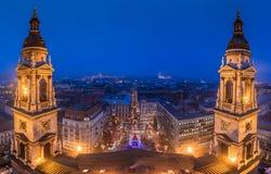 布达佩斯,匈牙利-布达佩斯全景地平线视图从圣徒斯蒂芬斯大教堂的在蓝色小时 免版税库存图片