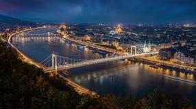 布达佩斯,匈牙利-布达佩斯空中全景地平线在蓝色小时 这个看法包括Elisabeth桥梁 免版税库存照片