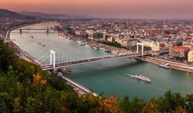 布达佩斯,匈牙利-布达佩斯空中全景地平线日落的与Elisabeth桥梁Erzsebet掩藏了 免版税图库摄影