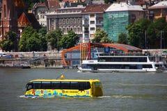 布达佩斯,匈牙利- 2018年6月, 02日-在多瑙河的两栖公共汽车 图库摄影