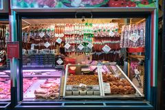 布达佩斯,匈牙利- 2017年12月:肉商店在中央3月 库存照片