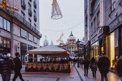 布达佩斯,匈牙利- 2018年1月01日:'时尚街道'有圣诞节装饰的在布达佩斯,匈牙利 免版税库存图片