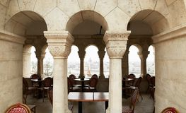 布达佩斯,匈牙利- 2018年4月17日:与专栏的咖啡馆在王宫 免版税库存图片