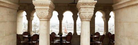 布达佩斯,匈牙利- 2018年4月17日:与专栏的咖啡馆在王宫 图库摄影