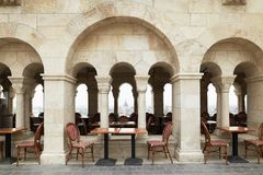 布达佩斯,匈牙利- 2018年4月17日:与专栏的咖啡馆在王宫 免版税库存照片