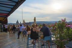 布达佩斯,匈牙利- 2018年5月12日:人们是互相喝和谈话在与美丽的一个屋顶酒吧 库存照片
