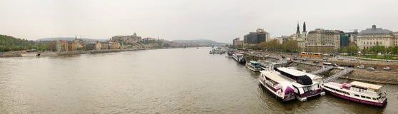布达佩斯,匈牙利- 2018年4月17日:全景 从桥梁的堤防视图 库存照片