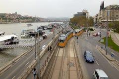 布达佩斯,匈牙利- 2018年4月17日:全景 从桥梁的堤防视图 免版税库存图片