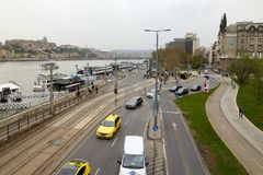 布达佩斯,匈牙利- 2018年4月17日:全景 从桥梁的堤防视图 库存图片
