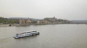 布达佩斯,匈牙利- 2018年4月17日:全景 从桥梁的堤防视图 免版税图库摄影