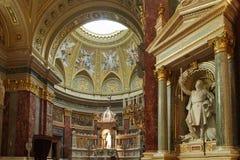 布达佩斯,匈牙利- 2018年4月17日:圣斯蒂芬` s大教堂内部 库存照片