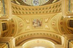 布达佩斯,匈牙利- 2018年4月17日:圣斯蒂芬` s大教堂内部 库存图片