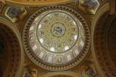 布达佩斯,匈牙利- 2018年4月17日:圣斯蒂芬` s大教堂内部 免版税库存照片