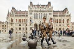 布达佩斯,匈牙利- 2018年4月17日:在匈牙利议会的仪仗队 免版税库存图片