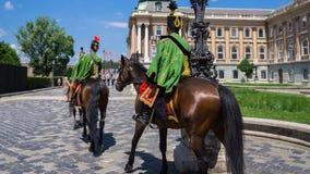 布达佩斯,匈牙利- 2018年6月01日:在布达佩斯城堡附近的匈牙利皇家骑马卫兵 免版税库存照片