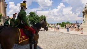 布达佩斯,匈牙利- 2018年6月01日:在布达佩斯城堡附近的匈牙利皇家骑马卫兵 免版税库存图片