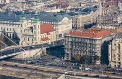布达佩斯,匈牙利- 2015年11月6日:多瑙河的堤防从Gellert小山的 布达佩斯,匈牙利 免版税库存照片