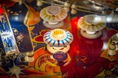 布达佩斯,匈牙利- 2018年3月25日:弹子球博物馆 弹子球葡萄酒机器看法的桌关闭  库存照片