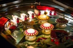 布达佩斯,匈牙利- 2018年3月25日:弹子球博物馆 弹子球葡萄酒机器看法的桌关闭  免版税库存照片
