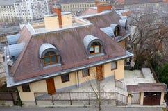 布达佩斯,匈牙利- 2017年12月22日:有一个铺磁砖的屋顶、顶楼窗口和烟囱系统的现代房子 免版税库存照片