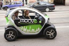 布达佩斯,匈牙利- 2018年4月6日:汽车业、汽车销售和人概念 免版税库存图片