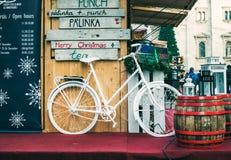 布达佩斯,匈牙利- 12月, 28 :在立场的装饰自行车在圣徒斯蒂芬的大教堂附近的圣诞节市场上 图库摄影