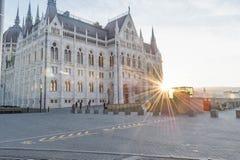 布达佩斯,匈牙利- 2015年10月27日:与直接阳光的布达佩斯议会 免版税图库摄影