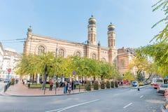 布达佩斯,匈牙利- 2015年10月26日:人们由主要犹太犹太教堂等待在布达佩斯观光的地方 库存图片