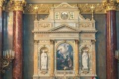 布达佩斯,匈牙利- 2015年10月30日:在布达佩斯内部细节和法坛的圣斯蒂芬的大教堂 图库摄影