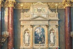布达佩斯,匈牙利- 2015年10月30日:在布达佩斯内部细节和法坛的圣斯蒂芬的大教堂 库存照片