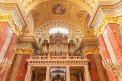 布达佩斯,匈牙利- 2015年10月30日:在布达佩斯内部细节的圣斯蒂芬的大教堂 天花板元素和器官 库存照片