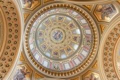 布达佩斯,匈牙利- 2015年10月26日:在布达佩斯内部细节的圣斯蒂芬的大教堂 天花板元素 库存照片