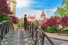 布达佩斯,匈牙利- 2016年5月04日:在铁桥梁- Monumen的雕象 免版税库存图片
