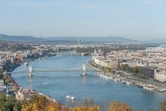 布达佩斯,匈牙利- 2015年10月27日:多瑙河和布达佩斯市船坞风景从Citadella,匈牙利 图库摄影