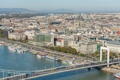 布达佩斯,匈牙利- 2015年10月27日:多瑙河和布达佩斯市船坞Landcape从Citadella,匈牙利 免版税库存照片