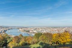布达佩斯,匈牙利- 2015年10月27日:多瑙河和布达佩斯风景从Citadella,匈牙利 公园在背景中 库存照片