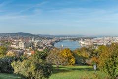 布达佩斯,匈牙利- 2015年10月27日:多瑙河和布达佩斯风景从Citadella,匈牙利 公园在背景中 免版税库存照片