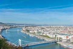 布达佩斯,匈牙利- 2015年10月27日:多瑙河和布达佩斯从Citadella,匈牙利的Oldtown风景  免版税库存图片