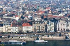 布达佩斯,匈牙利- 2015年11月6日:多瑙河的堤防从Gellert小山的 布达佩斯,匈牙利 库存照片