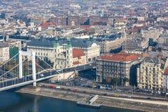 布达佩斯,匈牙利- 2015年11月6日:多瑙河的堤防从Gellert小山的 布达佩斯,匈牙利 图库摄影